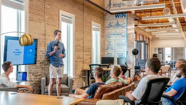 Businessplan-Wettbewerb presentation to an audience